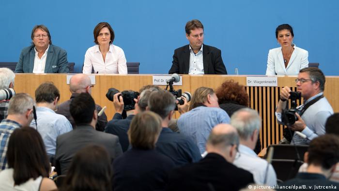 Sahra Wagenknecht, Bernd Stegemann, Simone Lange y Ludger Volmer (der.-izq.) presentaron aufstehen en Berlín. (picture-alliance/dpa/B. v. Jutrcenka)