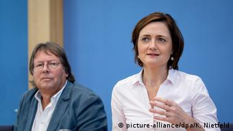 Volmer and Lange at press conference in Berlin (picture-alliance/dpa/K. Nietfeld)
