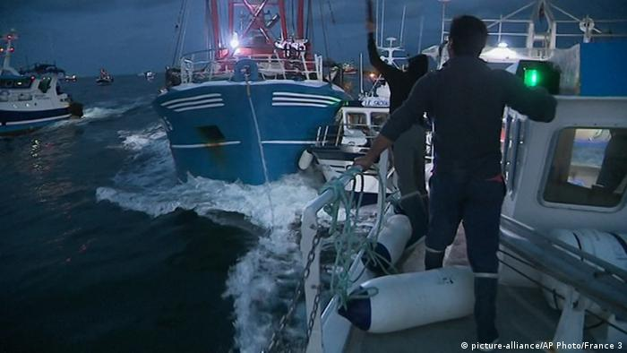 French maritime authorities are appealing for calm after fishermen from rival French and British fleets banged their boats in ill-tempered skirmishes over access to the scallop-rich waters off France's northern coast (picture-alliance/AP Photo/France 3)