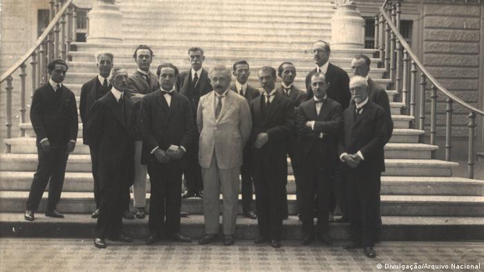 Albert Einstein ao lado de cientistas no Museu Nacional