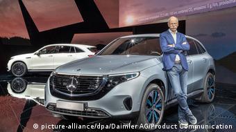 Modelul EQC integral electric produs de Mercedes a fost prezentat în premieră în Suedia. Sprijinit de maşină este Dieter Zetsche, CEO al Dailmer AG. Foto: Daimler AG/Product Communication/dpa-Bildfunk