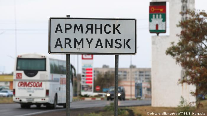 A sign at the entrance to Armyansk (picture-alliance/dpa/TASS/S. Malgavko)
