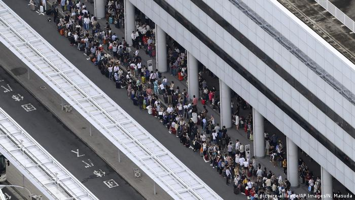 People waiting for ferries at Kansai International Airport (picture-alliance/AP Images/N. Masuda)