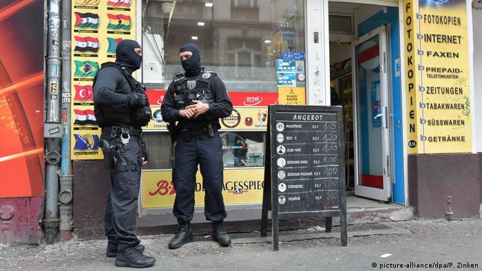 Deutschland, Berlin: Razzia gegen Clan-Mitglied wegen Verstoß gegen Waffengesetz