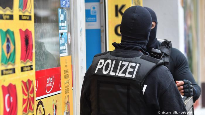 Deutschland, Berlin: Razzia gegen Clan-Mitglied wegen Verstoß gegen Waffengesetz (picture-alliance/dpa/P. Zinken)
