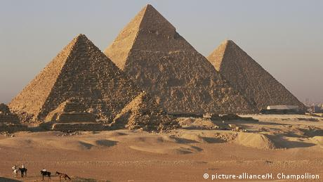 View from the south of the pyramid field of Giza, where six pyramids can be seen.