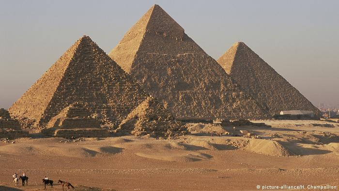 Ägypten: Die Giseh Pyramiden (picture-alliance/H. Champollion)