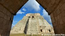 Pyramid of the Magician, Mayan archaeological site, Uxmal, UNESCO World Heritage Site, Yucatan State, Mexico, North America | Verwendung weltweit, Keine Weitergabe an Wiederverkäufer.