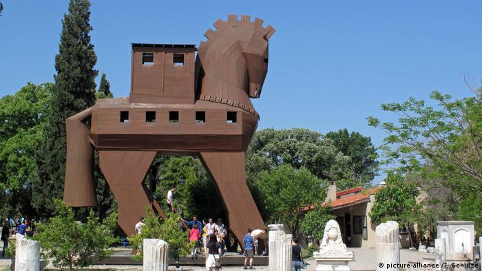 Türkei, Troja: Nachbar Trojanisches Pferd (picture-alliance /T. Schulze)