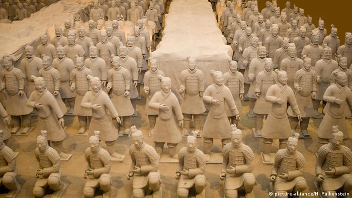 Deutschland, Weilburg: Terrakotta-Armee-Ausstellung, originalgetreue Nachbildungen der Figuren aus XIAN in China (picture-alliance/H. Falkenstein)