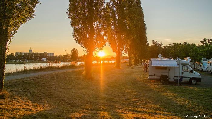 Breisach am Rhein, Wohnmobil bei Sonnenuntergang