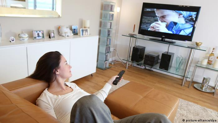 A woman watching TV (picture-alliance/dpa)