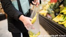 ARCHIV - ILLUSTRATION - 26.10.2017, Nordrhein-Westfalen, Kaarst: Eine Frau legt in einem Supermarkt eine lose Banane in eine Plastiktüte. Die Deutschen sind Europameister im Produzieren von Verpackungsmüll. (zu dpa «Mit Laser-Tattoos und Flat Skin: Handel kämpft gegen Verpackungsmüll» vom 30.08.2018) Foto: Marcel Kusch/dpa +++ dpa-Bildfunk +++ | Verwendung weltweit