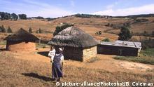 Swasiland | Großmutter mit Kind nahe der Hauptstadt Mbabane