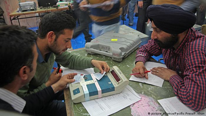 Electronic voting machines Indien (picture alliance/Pacific Press/F. Khan)