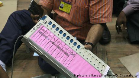 Electronic Voting Machines Indien (picture alliance/NurPhoto/D. Chakraborty)