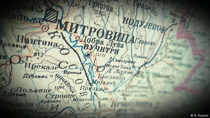 Symbolbild Kosovo - Eine Mappe von Kosovos Norden im kyrillischen Schrift