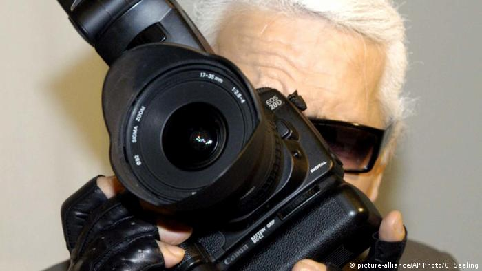 Karl Lagerfeld mit Kamera (picture-alliance/AP Photo/C. Seeling)