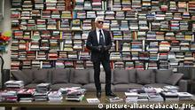 With a backdrop of hundreds of books, Lagerfeld poses in his studio (picture-alliance/abaca/D. Eric)