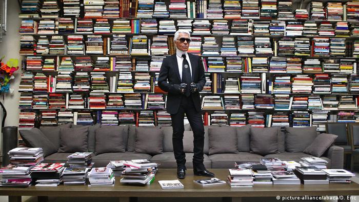 Frankreich Paris - Karl Lagerfeld posiert in seinem Studio (picture-alliance/abaca/D. Eric)
