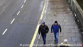Подозреваемые в Солсбери 4 марта: по версии полиции, в момент уже после нанесения яда на ручку двери дома Скрипаля
