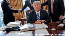 Washington White House Donald Trump im Oval Office Mitarbeiter