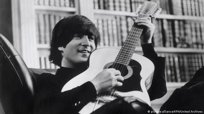 John Lennon mit Akustik Gitarre