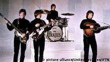 Hard Day's Night John Lennon mit Akustik Gitarre , ahrscheinlich Gibson J-160e Hard Day's Night, A Löschen (1964) Paul McCartney, George Harrison, Ringo Starr, John Lennon Regie: Richard Lester , |