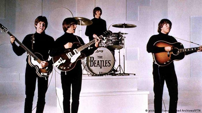 The Beatles performen auf einer weißen Bühne. (picture-alliance/United Archives/IFTN)