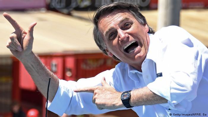 Bolsonaro faz seu gesto tradicional durante ato de campanha