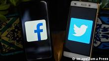 Smartphones mit Facebook and Twitter Logos