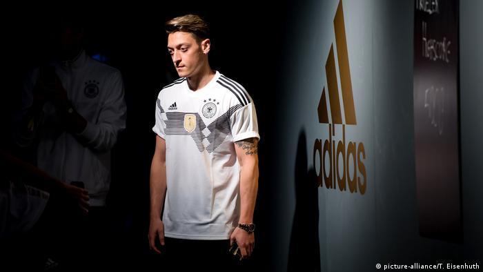 Deutschland, Berlin: DFB-Praesentation des neuen adidas-Trikots mit Mesut Özil (picture-alliance/T. Eisenhuth)