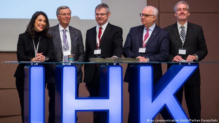 امیتیس پوهل در کنار مسئولان سیاسی و اقتصادی ایالت نوردراینوستفالن آلمان