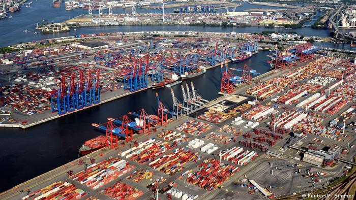 BdT - Deutschland, Hamburg: Luftaufnahme von Containern an einem Verladeterminal im Hamburger Hafen