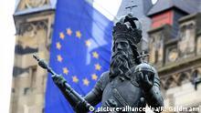 Eine Statue von Karl der Große mit einer Fahne der Europäischen Union vor dem Rathaus in Aachen | Verwendung weltweit