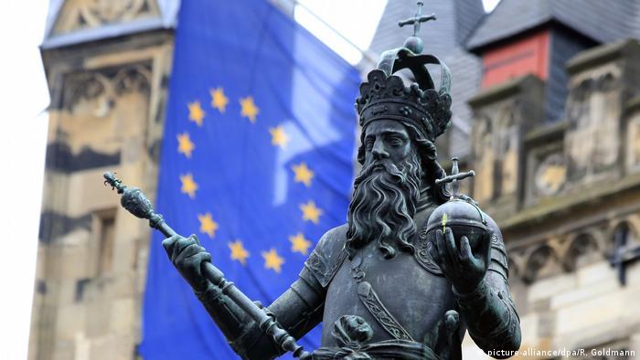 Aachen Statue Karl der Große mit Europafahne (picture-alliance/dpa/R. Goldmann)
