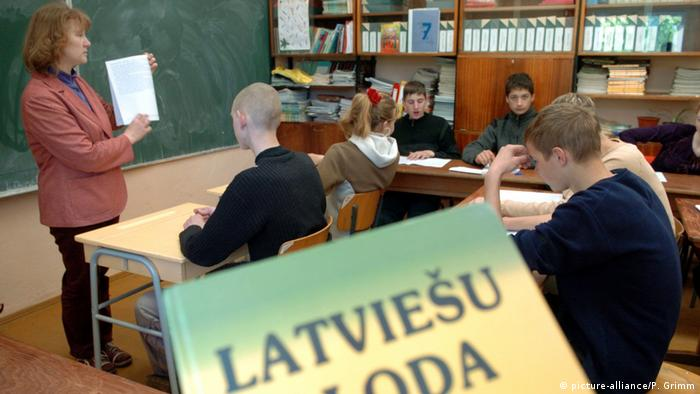 A teacher stands in front of a class in a Latvian village (picture-alliance/P. Grimm)