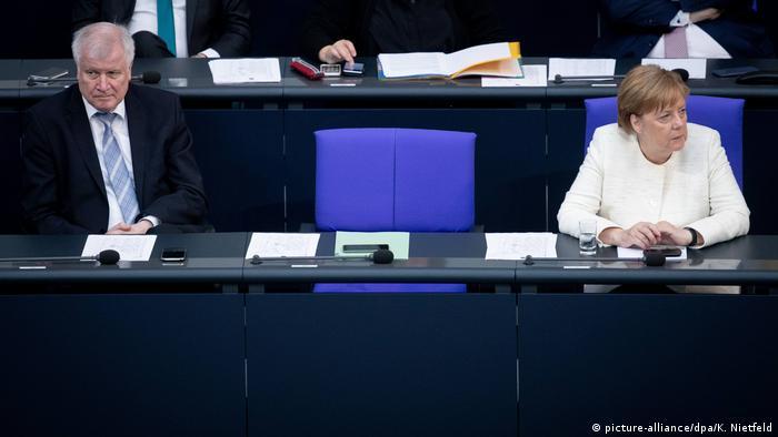 Deutschland, Berlin: Bundeskanzlerin Angela Merkel (CDU) und Horst Seehofer (CSU), Bundesminister des Innern, für Bau und Heimat, nehmen an der Plenarsitzung im Deutschen Bundestag (picture-alliance/dpa/K. Nietfeld)