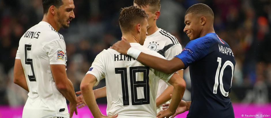 Kimmich é cumprimentado por Mbappe: lateral foi usado no meio-campo contra a França