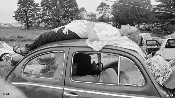 Frau liegt auf einem Autodach und träumt, 1969 (Foto: AP)