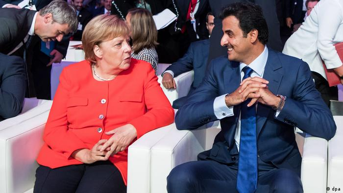 Angela Merkel talks with the emir of Qatar