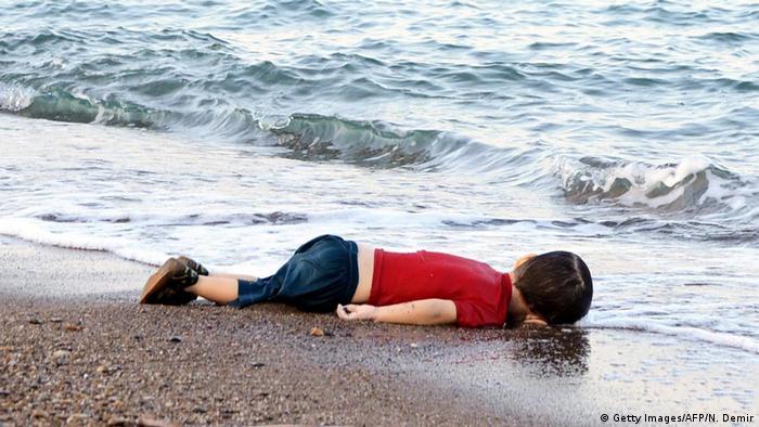 Todesopfer unter Flüchtlinge Der dreijährige Aylan Kurdi, ertrunken auf der Flucht über das Mittelmeer, ist einer von mehr als 30.000 Migranten, die die Flucht nach Europa nicht überlebten. Der mit 85 Prozent allergrößte Teil der Flüchtlinge hat nahe der eigenen Heimat Zuflucht gefunden. Doch viele versuchen auch, sich nach Europa durchzuschlagen - und viel zu viele kommen dabei um.