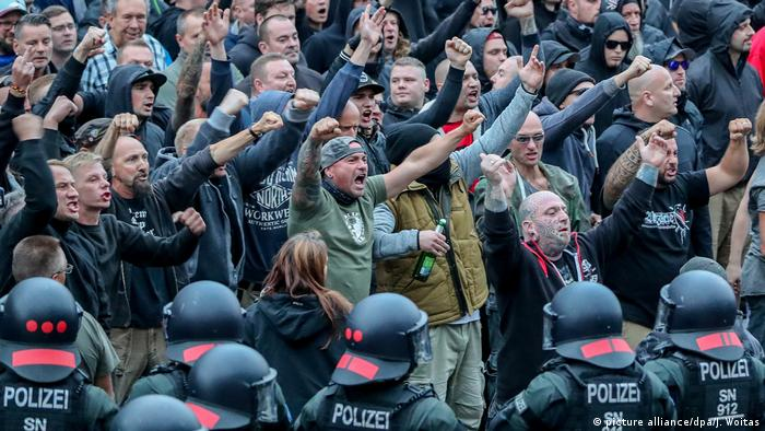 Chemnitz Demonstranten der rechten Szene (picture alliance/dpa/J. Woitas)