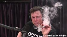 Screenshot - Youtube: Elon Musk raucht Weed