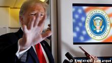 USA - Donald Trump spricht zu Reportern an Bord der Airforce One