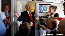 Donald Trump spricht zu Journalisten an Bord der Air Force One