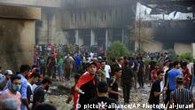 Irak Demonstranten haben das iranische Konsulat in Brand gesetzt