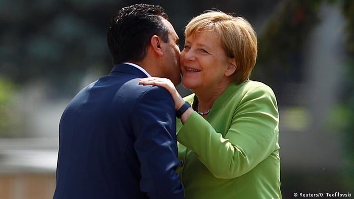 Mazedonien Skopje Premierminister Zoran Zaev begrüßt Angela Merkel