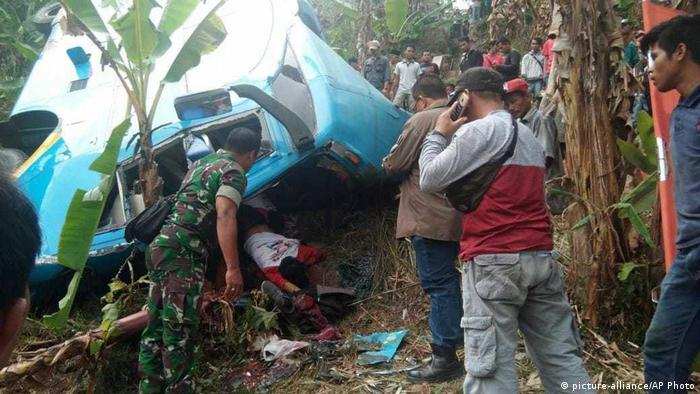 Indonesia bus crash near Sukabumi (picture-alliance/AP Photo)