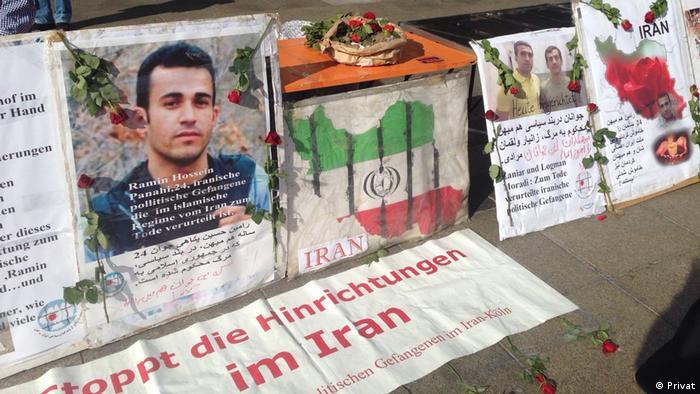 سبدی حاوی خاک گورستان خاوران، مدفن گروهی از زندانیان سیاسی اعدام شده در تابستان ۶۷ روی میزی در مقابل کلیسای دم قرار داشت. سخنرانها به زبان فارسی و آلمانی موج اعدام، دستگیری و سرکوب در ایران را محکوم کردند.